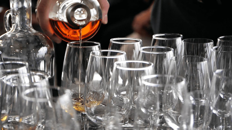 whiskey-wealth-club-pour